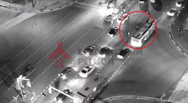Мотоциклиста подбросило в воздух: видео страшной аварии на Московском проспекте