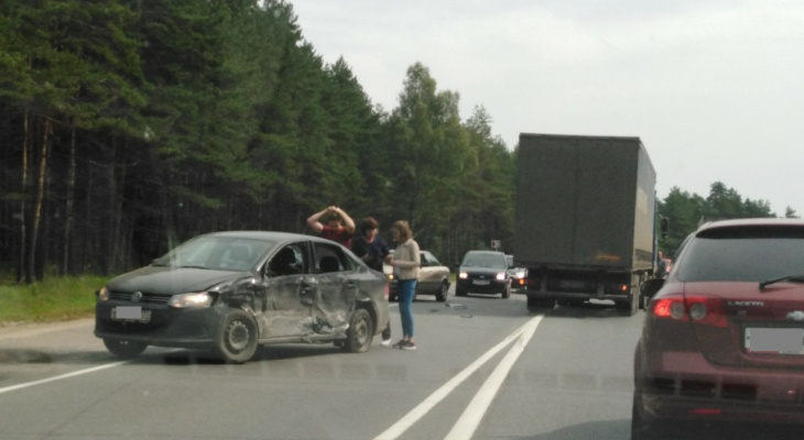 """""""Встали в пятикилометровой пробке"""": пять искореженных авто перекрыли трассу под Ярославлем"""