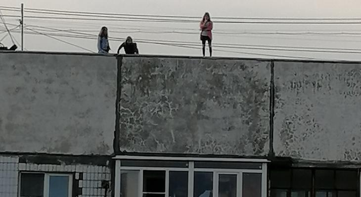 Бегают по краю: дети забрались на крышу и угрожали взрослым