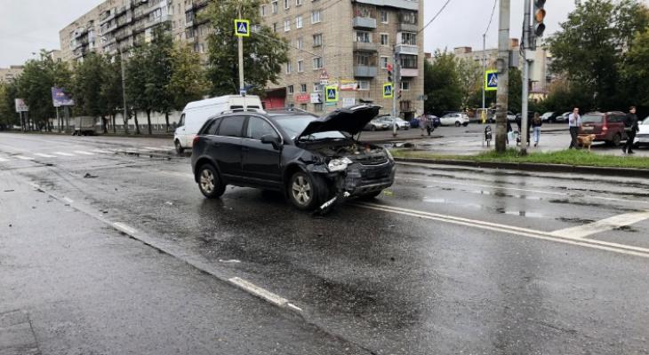 Куски авто разметало по обочине: в ДТП под Ярославле пострадали три человека