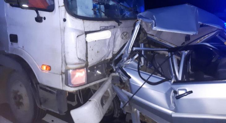 В салоне были мама с шестилетним сыном: грузовик смял в гармошку авто под Ярославлем