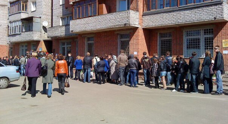 """""""Две кассы на весь город"""": """"адская очередь"""" в Ярославле растянулась на всю улицу"""