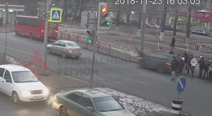 """Въехал в толпу: водитель сбил пять человек на """"зебре"""" в Ярославле"""