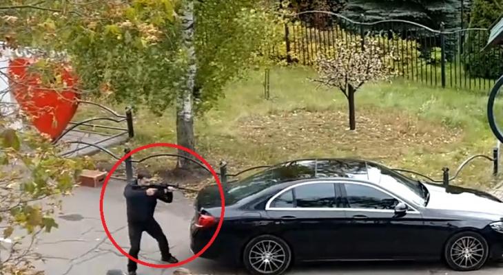 Выбежал с автоматом: перестрелка у ярославского ночного клуба попала на видео