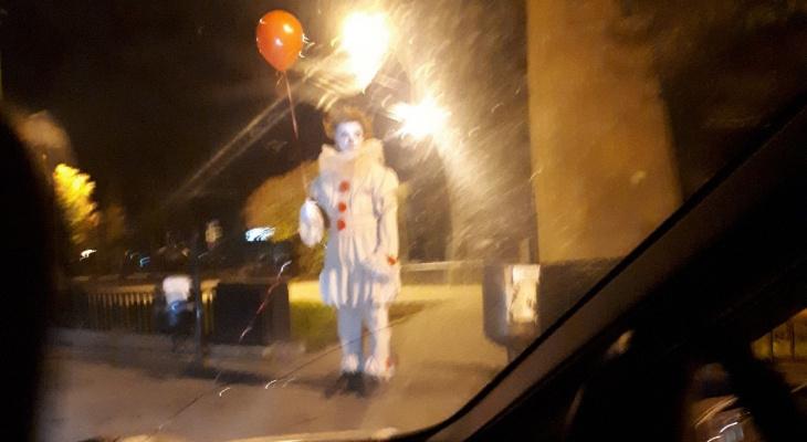 Стоял у дороги в полночь: жуткий клоун Стивена Кинга напугал ярославцев