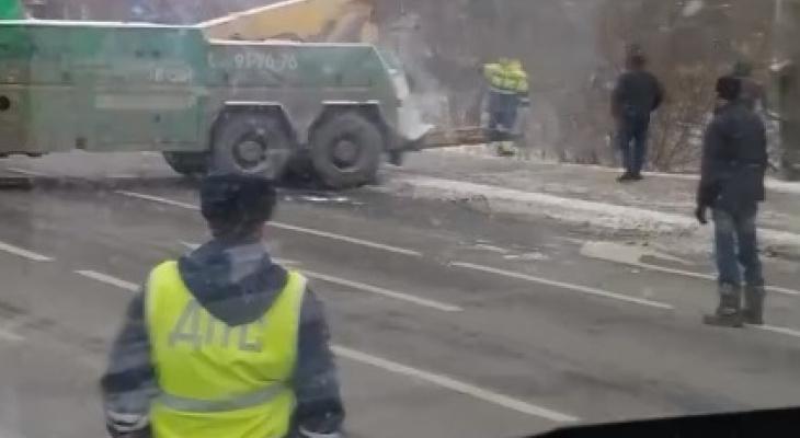 """""""Рвется трос - погибнут люди"""": ярославцы оказали в пробке из-за аварии с фурой. Видео"""