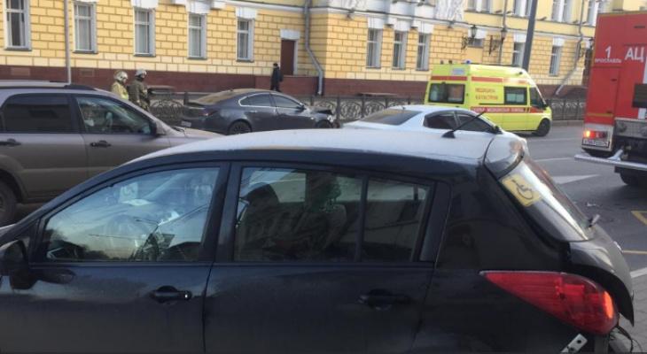 Лужа крови и визги: у Волковского театра иномарка влетела в людей на остановке