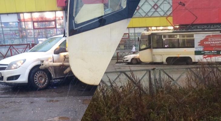 Люди толпой выбежали из салона: иномарка влетела под колеса трамвая в Ярославле