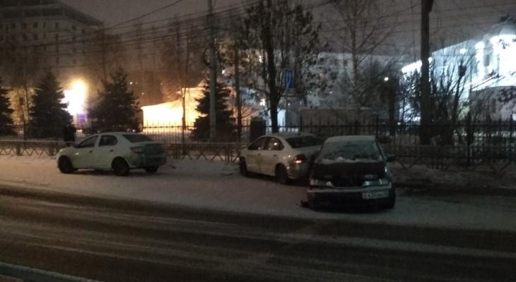 Четыре разбитых авто в центре: ярославец устроил массовую аварию и сбежал. Кадры