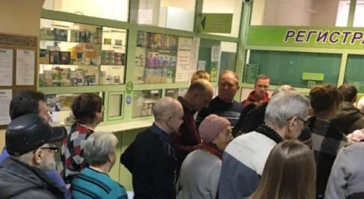 """""""Полтора часа ждала карту"""": в онкобольнице объяснили дикие очереди в регистратуру"""