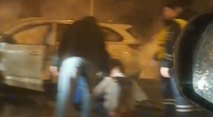 """""""Там трупы"""": в Ярославле авто загорелось от удара после ДТП"""