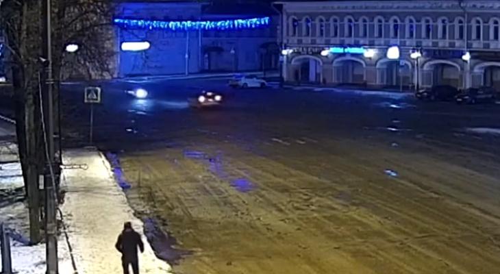 Авто разорвало пополам: в сети появилось видео погони за нарушителем в Угличе