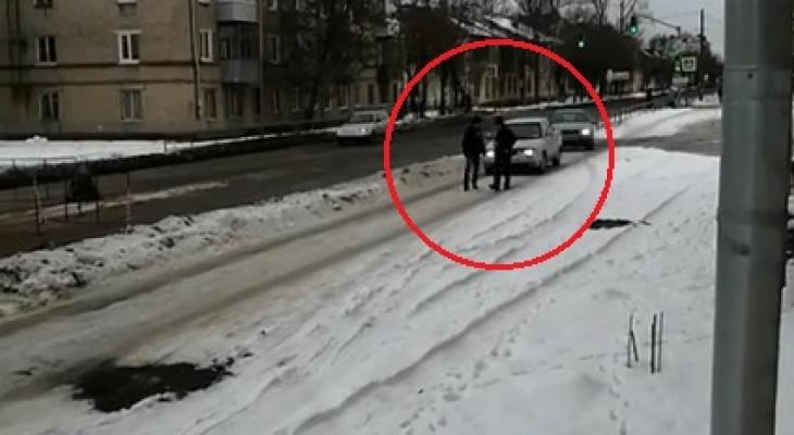 Чтобы спастись - прыгали в сугроб: ярославцы требуют наказания для водителей-обочечников