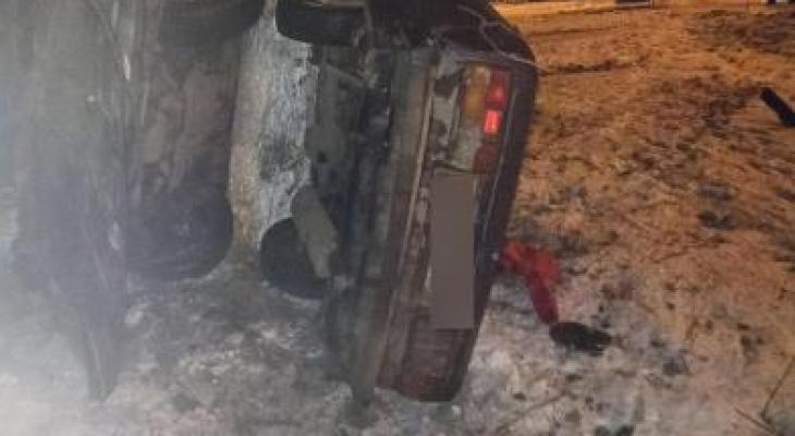 Авто согнуло пополам: в жутком ДТП в Ярославле пострадали два молодых парня