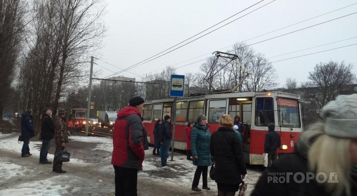 Толпы на остановках: очевидцы о том, почему встали трамваи в Брагино