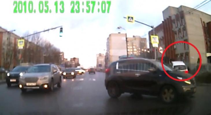 Ребенок отлетел: мальчика сбила иномарка на тротуаре. Видео