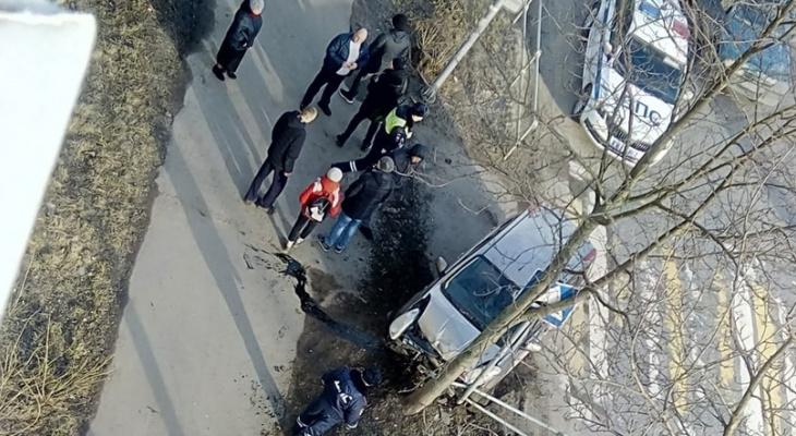 Снес забор детского сада: агрессивный гонщик устроил массовое ДТП у школы под Ярославлем