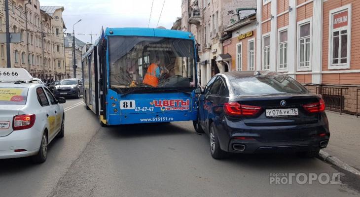 Водитель троллейбуса потерял сознание и протаранил БМВ в центре Ярославля