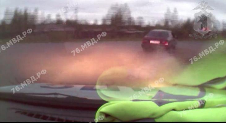 Сбитая жертва мучилась на асфальте: погоню со стрельбой за безумным водителем устроили полицейские в Рыбинске