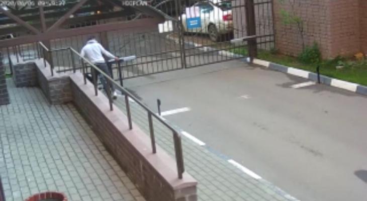 Взобрался и поехал: вор из Ярославля увел велосипед из под носа. Видео