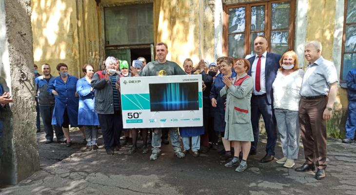 Викторина #Ярконституция раздает подарки: рабочий с Резинотехники получил огромный телевизор