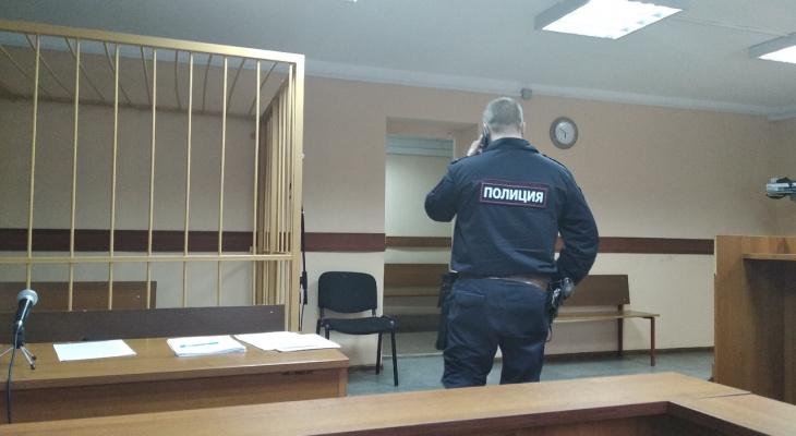Гнался за продавцом с деревянной битой: подробности скандала в магазине Ярославля