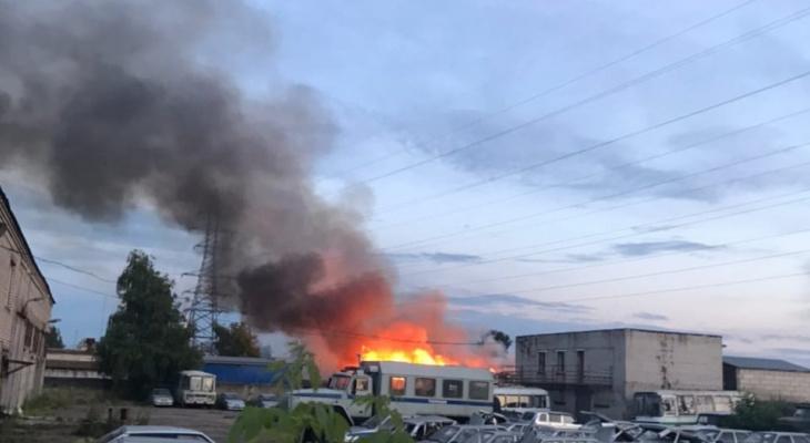 Столб черного дыма в Брагино: что горит