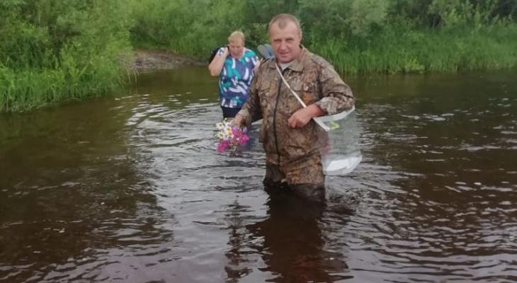 Ради голосования по поправкам в даниловской глубинке к избирателям прошли реку вброд