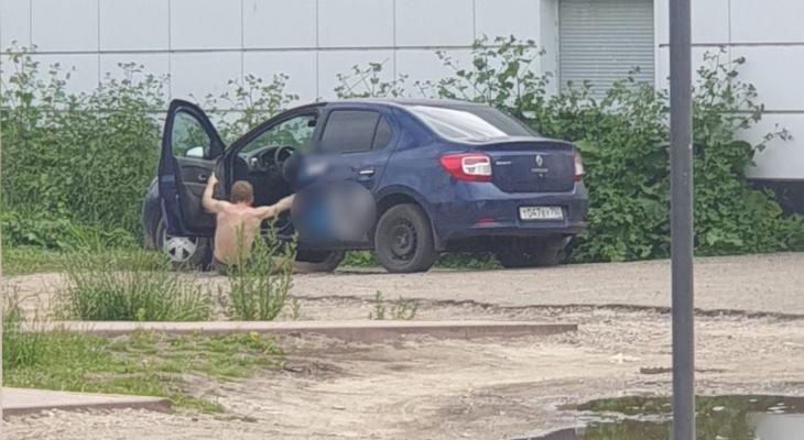 Полуголый таксист выпал из авто в Ярославле. Кадры