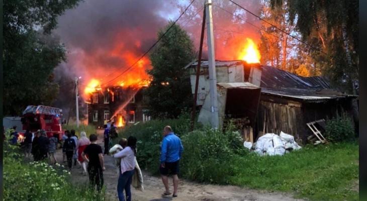 «Проколол легкое»: ребенок выпрыгнул из окна горящего дома под Ярославлем. Кадры