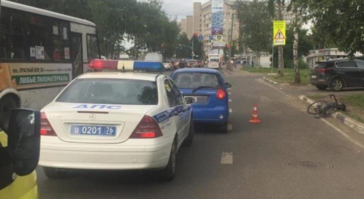 Народ глазел из маршруток: в Ярославле иномарка сбила велосипедиста
