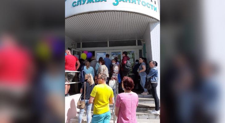 """""""Толкутся, как селедки"""": огромная очередь на биржу труда выстроилась в Ярославле"""