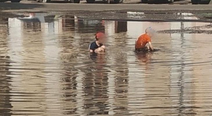 """""""Когда пляжи закрыты"""": ярославские дети купаются в гигантской луже"""