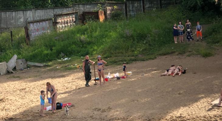 Пышнотелая раздетая девушка свела с ума ярославцев на пляже, видео