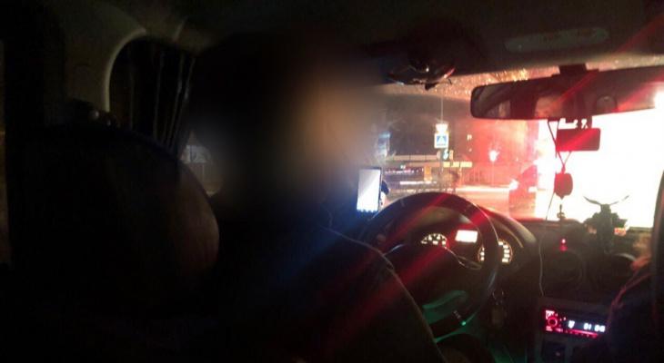 Вооруженный пассажир угнал такси в Ярославле