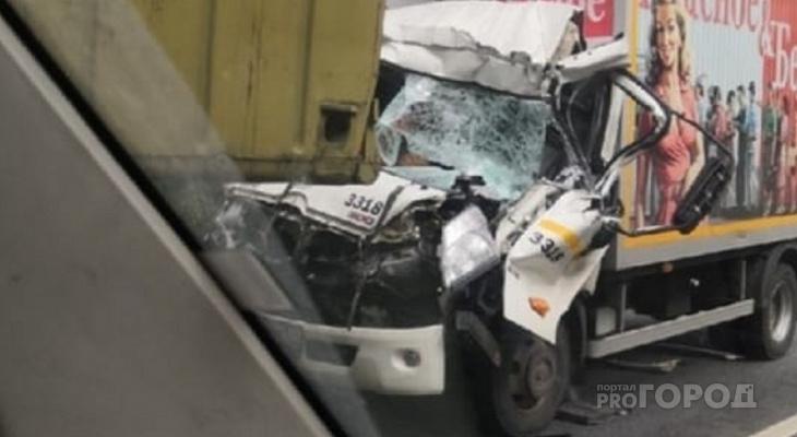 """""""Все погибли, один в реанимации"""": видео ДТП, где авто расплющило в колонне военных машин под Ярославлем"""