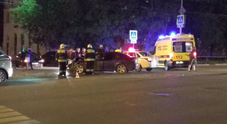 Реанимация, толпа и спасатели в центре Ярославля: два авто разбились в ДТП