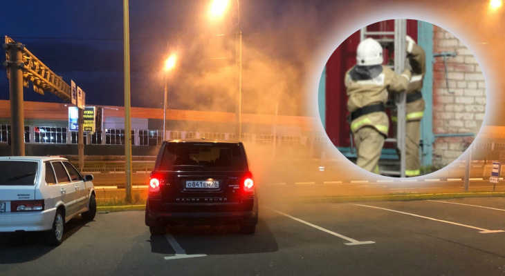 Дым валил из окон: пожарные службы стянулись к ТЦ в Ярославле, видео