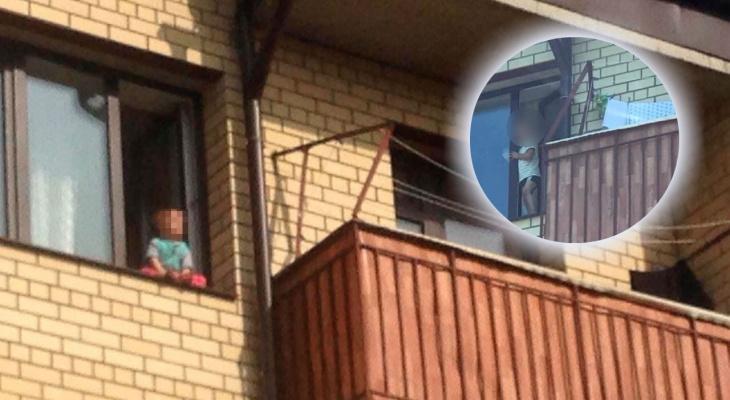 Полиция взломала дверь: танцующих на окне малышей забрали у матери в Ярославле