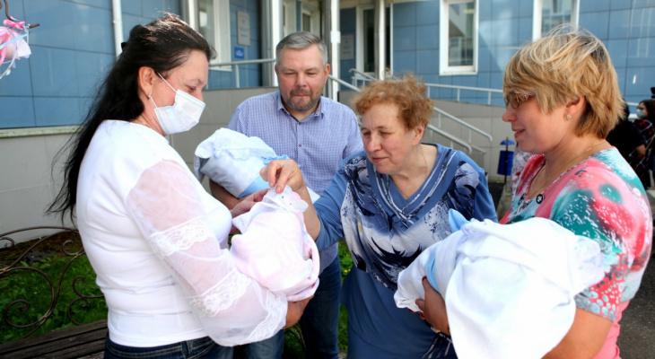 В Ярославле родившая тройняшек педагог университета получит миллион