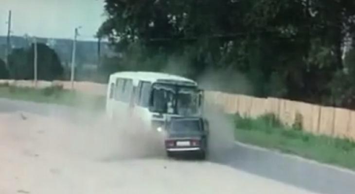 """""""Он камикадзе"""": появилось видео ДТП с военными в Ярославле"""