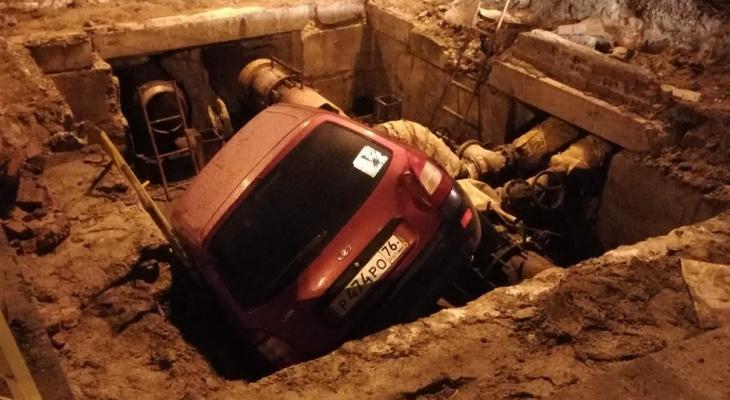 В центре Ярославля авто провалилось под землю