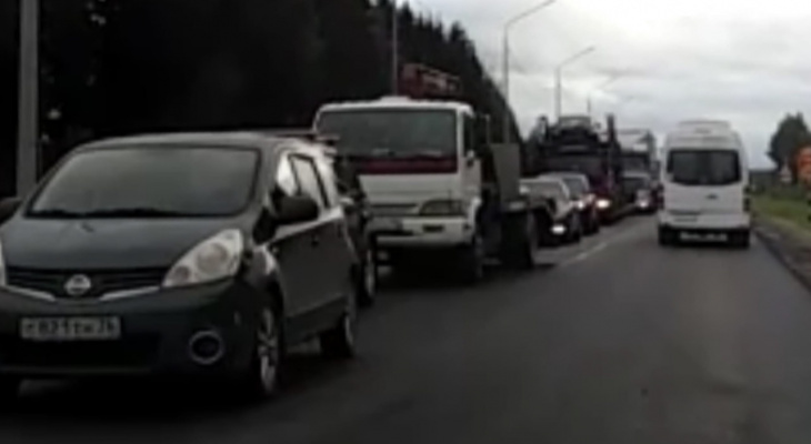 «Стоим по два часа»: водители о гигантской пробке на трассе под Ярославлем