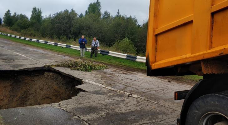 Огромный провал: под Ярославлем образовалась яма размером с человека