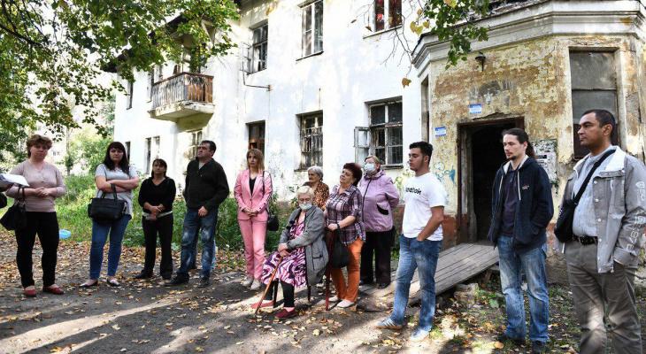 Куски стен сыплются на головы: ярославцы встали на защиту опасного дома