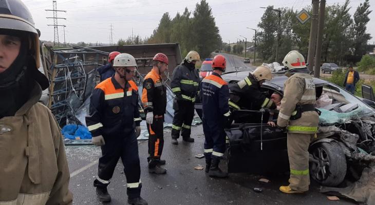 """Людей пришлось """"вырезать"""" из салона: спасатели о ДТП с грузовиком в Ярославле"""