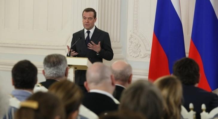 Всех уравнять: Медведев предложил платить россиянам гарантированно