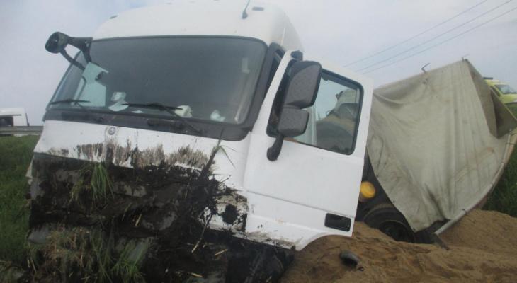 Трое - в больнице: подробности ДТП с грузовиком под Ярославлем