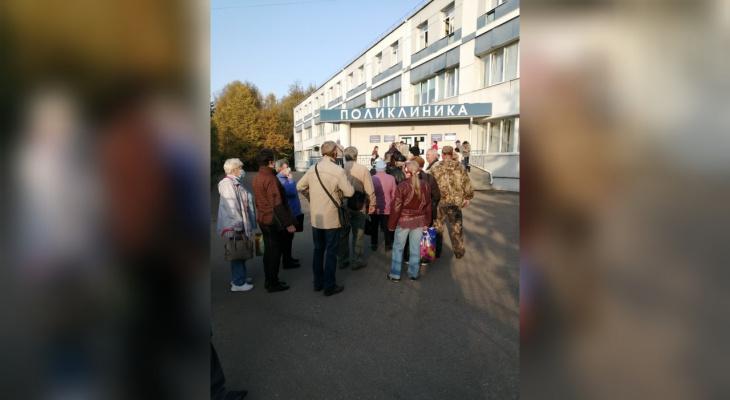 Очередь в десятки метров: пациенты шокированы толпами в больнице под Ярославлем