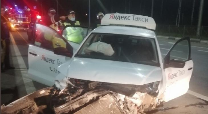 Авто в хлам, ГИБДД в шоке: жесткое ДТП с такси произошло в Ярославле